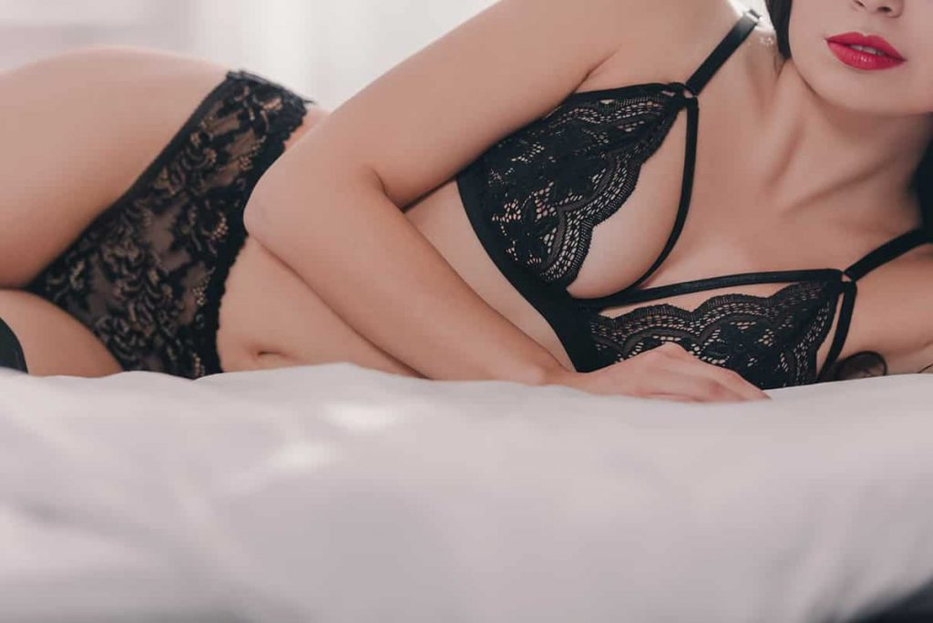 Magnifique beauté allongée dans son lit avec une lingerie sexy.